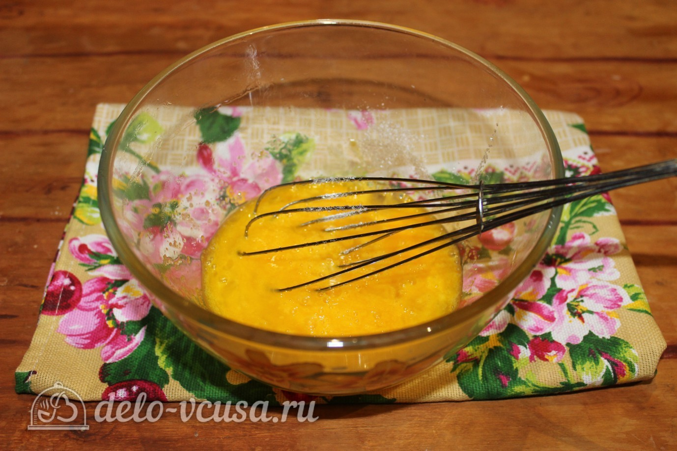 Блины с ветчиной и сыром: Взбить яйца