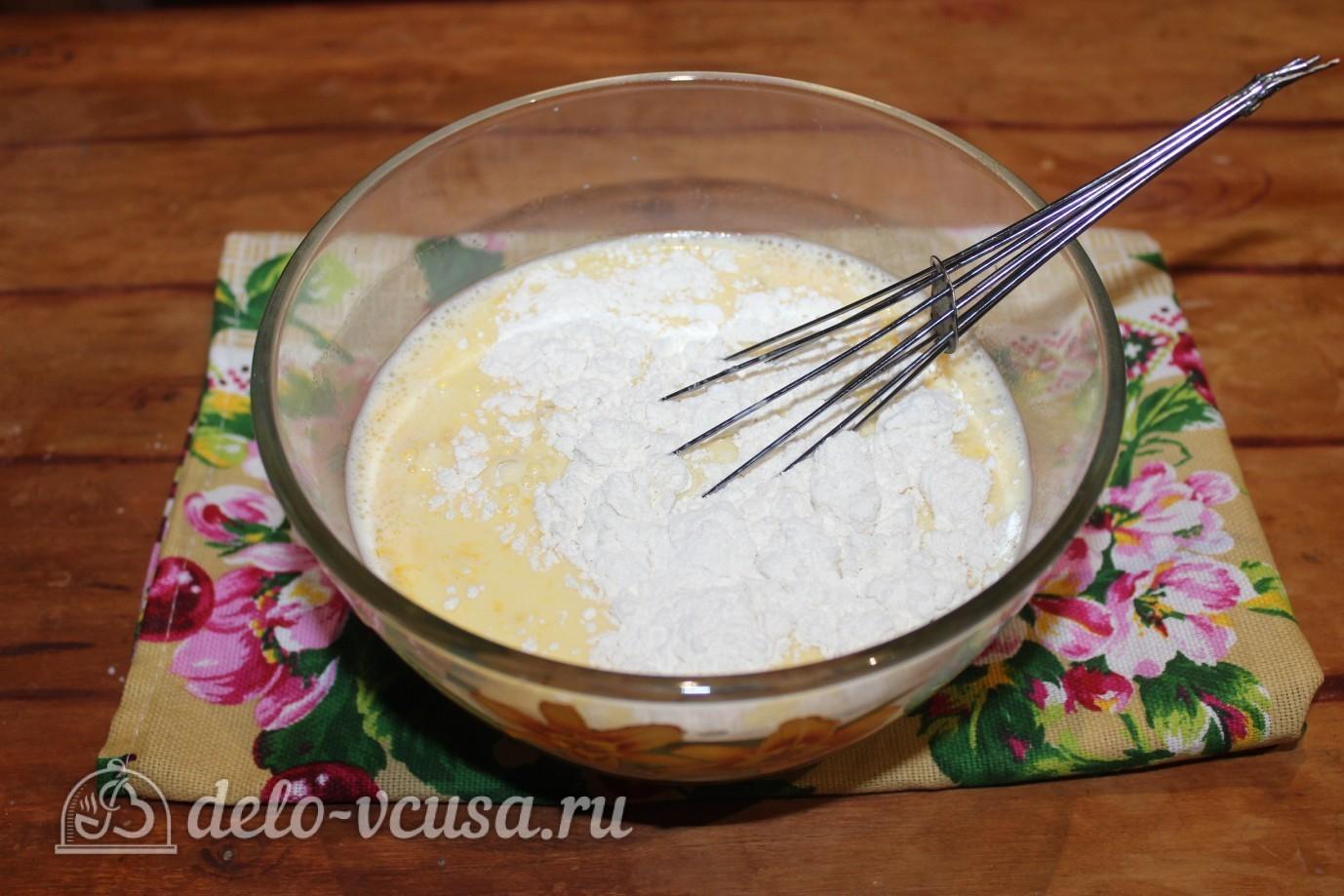 Блины с ветчиной и сыром: Добавить часть муки