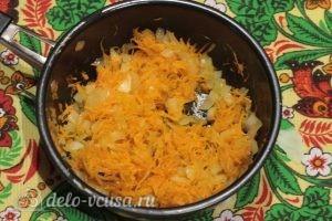 Постный борщ: Натираем и обжариваем лук и морковь