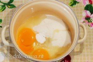 Брауни с творогом и вишней: Соединить яйца, сахар и соль