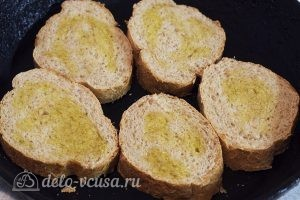 Бутерброды с помидорами и чесноком: Разогреть сковородку