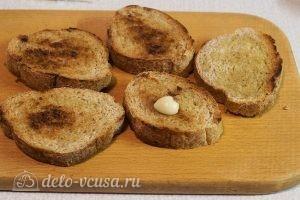 Бутерброды с помидорами и чесноком: Натереть хлеб чесноком