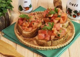 Бутерброды с помидорами и чесноком