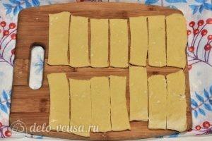 Хворост на молоке: Разделить тесто на равные части