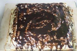 Кокосово-творожный пирог: Поливаем пирог растопленной глазурью