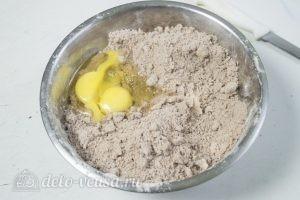 Кокосово-творожный пирог: Добавляем яйца в тесто