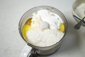 Кокосово-творожный пирог: Взбиваем ингредиенты для творожного слоя