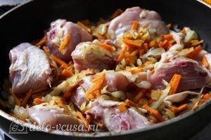 Курица с перловкой в горшочках: Добавляем кусочки курицы