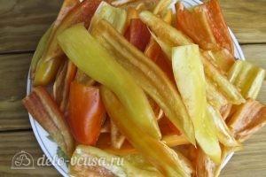 Лечо с помидорами и перцем: Режем перец