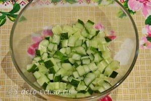 Куриный салат с огурцами и горошком : Порезать огурцы