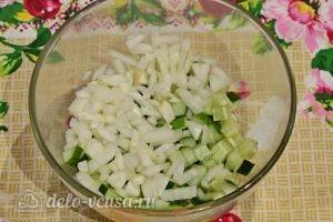 Куриный салат с огурцами и горошком: Измельчить лук
