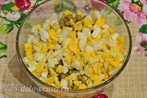 Куриный салат с огурцами и горошком: Измельчить яйца