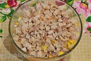 Куриный салат с огурцами и горошком: Измельчить курицу