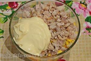 Куриный салат с огурцами и горошком: Добавить майонез