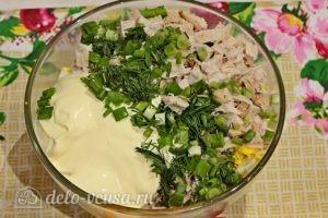Куриный салат с огурцами и горошком: Добавить зелень