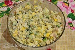 Куриный салат с огурцами и горошком: Все перемешать