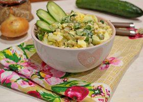 Куриный салат с огурцами и горошком