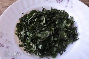 Омлет с зеленым горошком: Нарезаем листья мяты