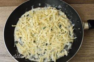 Омлет с зеленым горошком: Посыпаем омлет сыром
