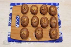 Пирожное Картошка из печенья со сгущенкой: Украшаем пирожные орехами