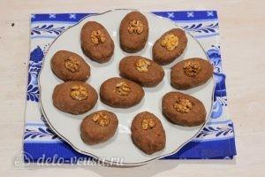 Пирожное Картошка из печенья со сгущенкой: Перекладываем пирожные на тарелку для подачи