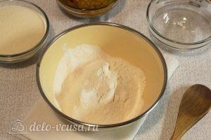 Постный тыквенный пирог: Просеиваем смешанную с содой муку