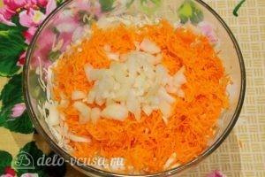 Салат из капусты и моркови: Добавляем мелко нарезанный лук