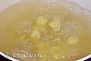 Суп из стручковой фасоли: В бульон кладем картошку