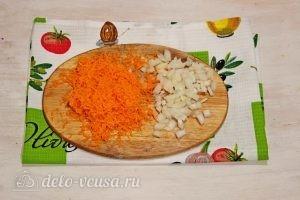Суп с фрикадельками и лапшой: Измельчаем морковь и лук