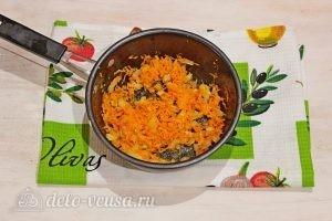 Суп с фрикадельками и лапшой: Обжариваем морковь и лук