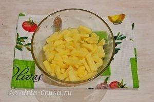 Суп с фрикадельками и лапшой: Нарезаем картофель
