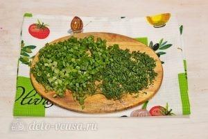 Суп с фрикадельками и лапшой: Мелко режем зелень