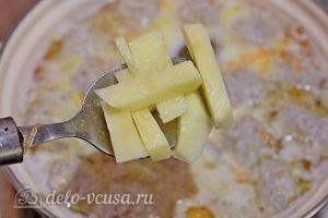 Суп с фрикадельками и лапшой: Добавляем картофель
