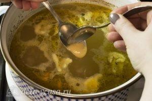 Куриный суп с клецками: Кладем клецки в суп