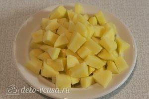 Куриный суп с клецками: Порезать картошку