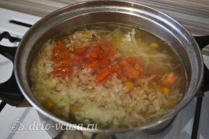 Овощной суп с зеленым горошком: Добавить помидор в кастрюлю