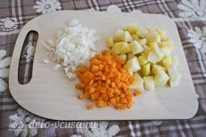 Овощной суп с зеленым горошком: Порезать овощи
