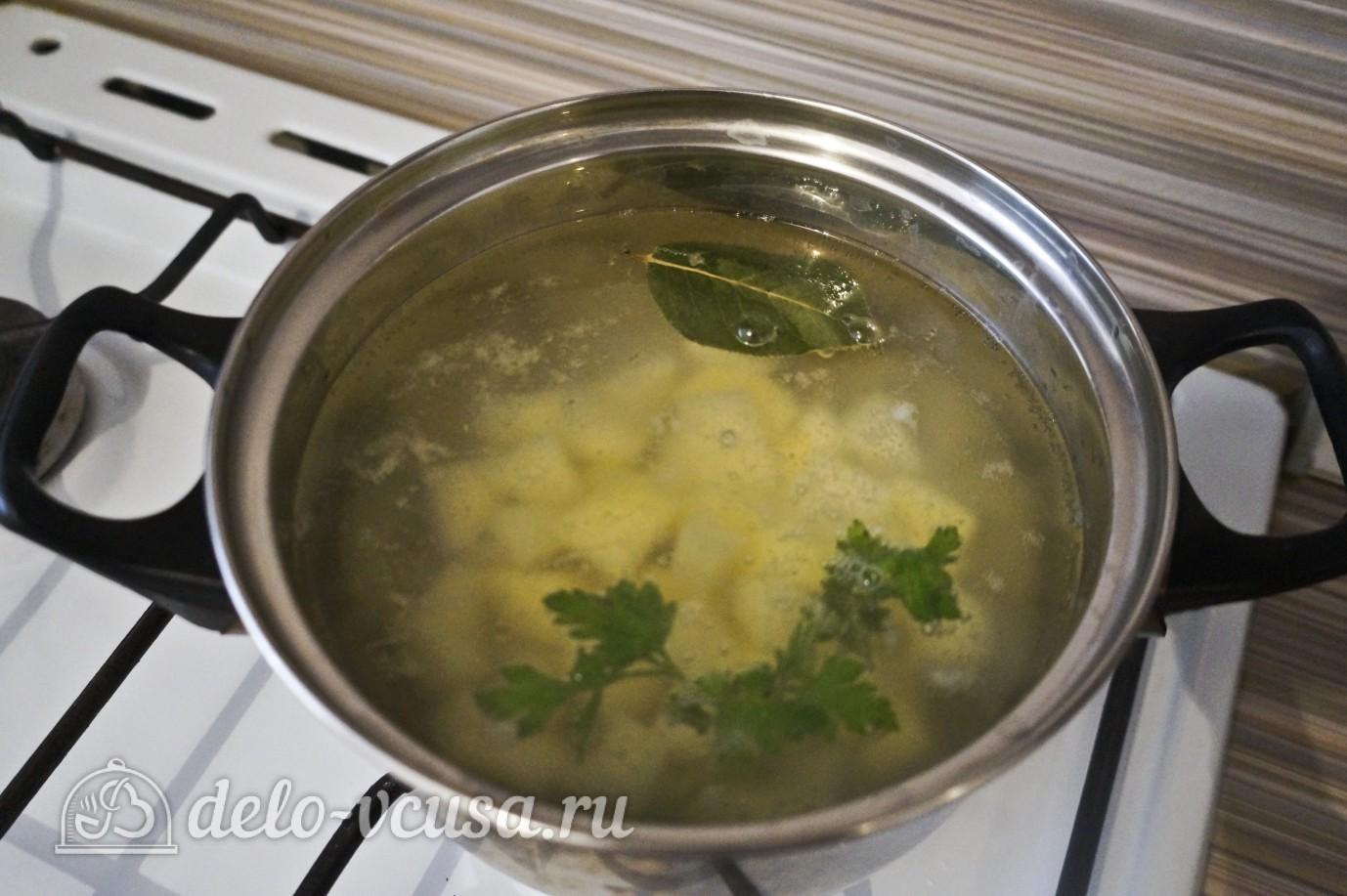 Овощной суп с зеленым горошком: Кладем картошку в кастрюлю