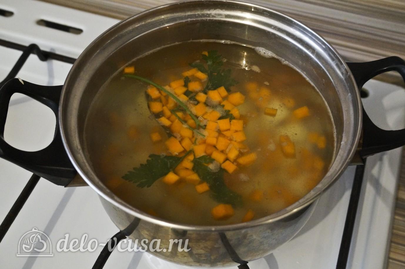 Овощной суп с зеленым горошком: Добавить морковь