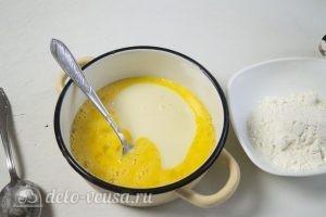 Торт Спартак: Взбиваем яйца и сгущенное молоко для крема