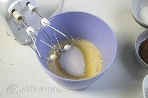 Черничный муссовый торт: Взбиваем яйца с сахаром