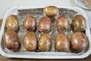 Фаршированный картофель с грибами и курицей: Отправляем картофель в духовку