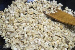 Фаршированный картофель с грибами и курицей: Нарезаем и обжариваем грибы