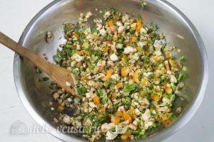 Фаршированный картофель с грибами и курицей: Добавляем к ингредиентам зеленый лук и укроп