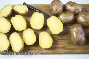 Фаршированный картофель с грибами и курицей: Разрезаем картофель пополам