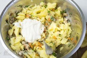 Добавляем картофельную массу к ингредиентам для начинки и заправляем их майонезом