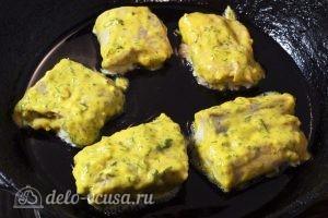 Филе горбуши в кляре: Выкладываем рыбу на сковороду