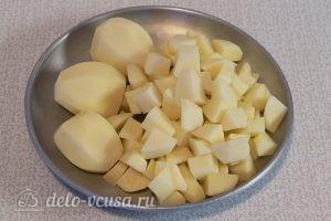Картофельный суп с грибами: Чистим и режем картофель