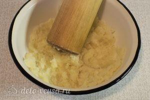 Картофельный суп с грибами: Разминаем целые отваренные картофелины в пюре
