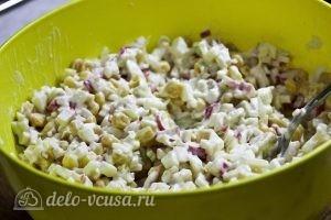 Крабовый салат с яблоком: Перемешать